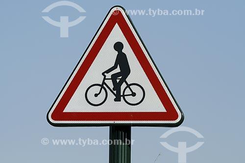 Assunto: Placa de trânsito - Atenção ciclista / Local: França / Data: 2007