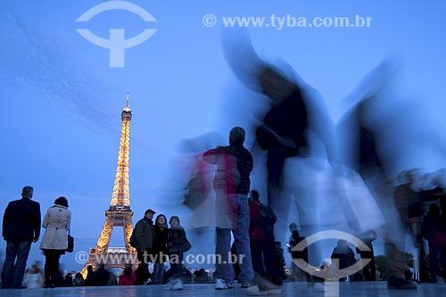Assunto: Vista da Torre Eiffel a partir da Esplanada do Trocadero ao anoitecer / Local: Paris - França / Data: Abril 2008