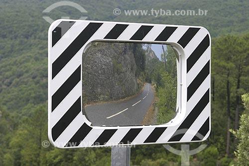 Assunto: Estrada na Córsega com espelho de alerta antes de curva / Local: Corsega - França / Data: 2006