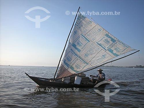 Assunto: Barco de pesca no baixo Rio Amazonas / Local: Perto de Santarém - Pará - Brasil / Data: Agosto de 2003