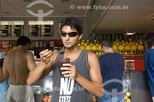 Assunto: Rapaz comendo Açaí (Euterpe oleracea) em Ipanema / Local: Rio de Janeiro - RJ - Brasil / Data: Fevereiro de 2006  Released