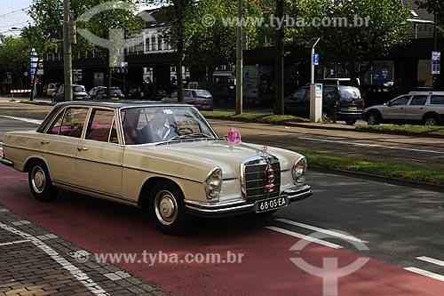 Assunto: Carro antigo decorado com flores  para casamento / Local: Delft - Holanda / Data: Maio 2009