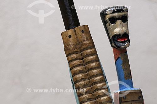 Assunto: Casaca, instrumento musical ( percussão )  usado nas Bandas de Congo ( manifestação folclórica ) - Projeto Congo na Escola - Escola Francisco Lacerda de Aguiar / Local: Ilha das Caieiras - Vitória - ES / Data: Março de 2008