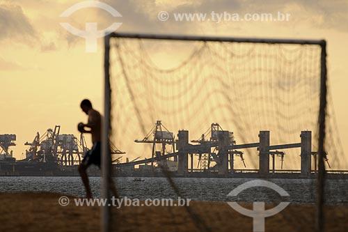 Assunto: Homem praticando corrida na Praia de Camburi com o Complexo de Tubarão ao fundo / Local: Vitória - ES /Data: Março de 2008