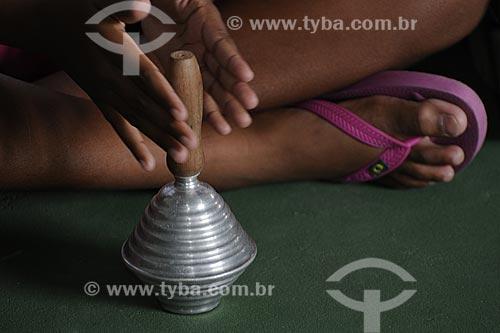 Assunto: Criança brincando com chocalho, instrumento musical /Local: Novo Horizonte, Município Serra - ES /Data: Março de 2008