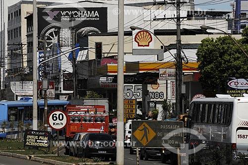 Assunto: Placas, postes, ônibus e trânsito na BR 262, cena típica de crescimento urbano desordenado / Local: Bairro Campo Grande /Cariacica - ES /Data: Março de 2008