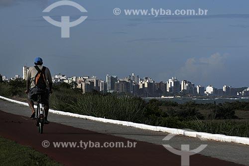 Assunto: Jovem andando de bicicleta na ciclovia da orla de Guarapari /Local: Espirito Santo - Brasil /Data: Março de 2008