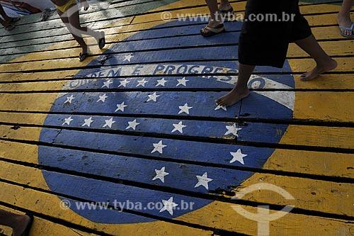 Assunto: Pessoas andando sobre pintura da bandeira do Brasil no deck de embarque do canal de Guarapari /Local: Guarapari - ES /Data: Março de 2008