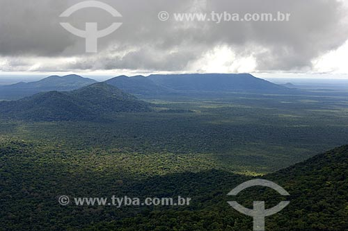 Assunto: Contrafortes orientais da serra da Mocidade, cobertos por floresta amazônica de terra-firme, no Parque Nacional da Serra da Mocidade, a sudoeste de Caracaraí / Local: Roraima (RR) - Brasil / Data: Janeiro de 2006