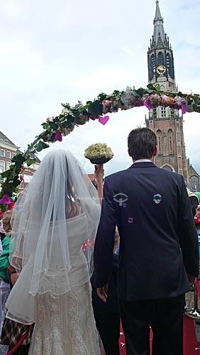 Casamento na cidade de Delft com a torre da  Igreja Nieuwe Kerk (Igreja Nova) ao fundo - Holanda