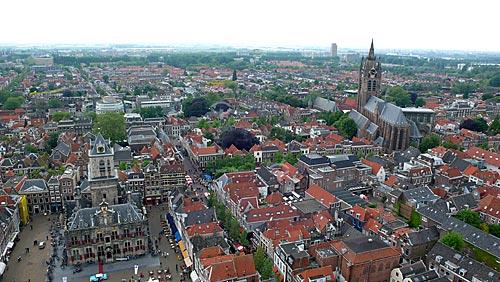 Vista panorâmica da cidade de Delft (século 13) com o prédio da Câmara Municipal (Stadhuis) abaixo à esquerda e a Oude Kerk (Igreja Velha) mais acima à direita - Delft - Holanda