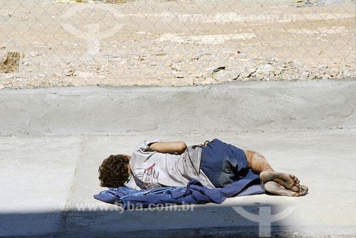 Assunto: Menino drogado dormindo no chão da região da Estação da Luz - Cracolândia / Local: São Paulo - SP - Brasil / Data: 01/2008