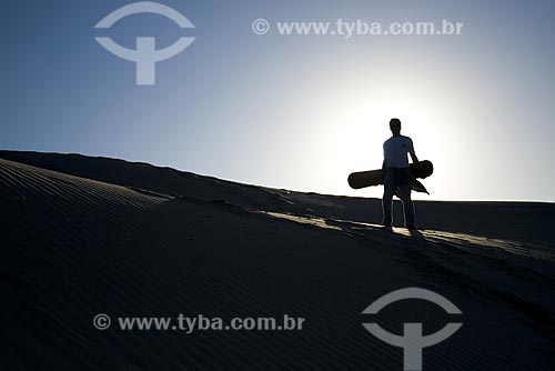 Assunto: Silhueta de sandboarder nas dunas da Praia dos Ingleses / Local: Florianópolis - Santa Catarina (SC) - Brasil / Data: 06/06/2009