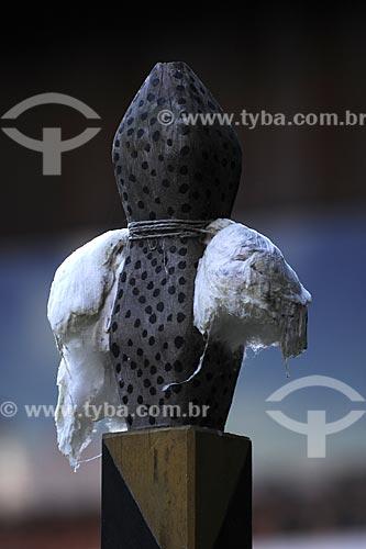 Detalhe da pomba no mastro central do pátio do xamanismo para a cerimônia do Turé para receber os Karuãna, espíritos do outro mundo - Povos indígenas do Oiapoque, vivem na fronteira do Brasil com a Guiana Francesa: Karipuna; Galibi; Galibi-marworno; Palikur - Ambientação no Museu do Índio - Uso educacional  - Rio de Janeiro - Rio de Janeiro - Brasil
