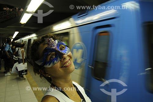 Assunto: Mulher mascarada espera pelo metrô / Local: Estação da Praça XI - Rio de Janeiro - RJ - Brasil / Data: Fevereiro, 2009