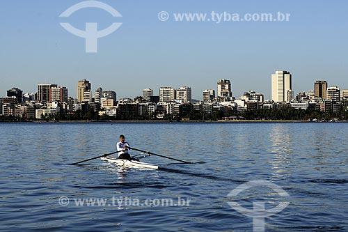 Assunto: Remador treinando na Lagoa Rodrigo de Freitas com Ipanema ao fundo / Local: Rio de Janeiro (RJ) - Brasil / Data: 14/8/2009