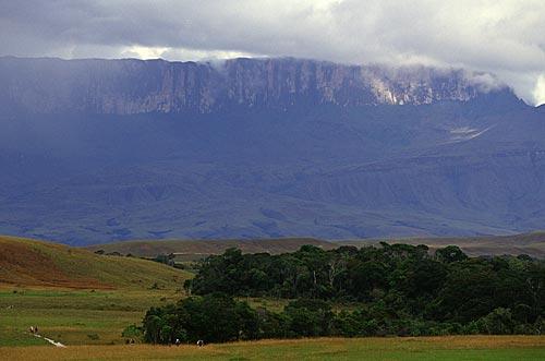 Assunto: Turistas iniciando caminhada para subir o Monte Roraima, território do Parque Nacional Canaima / Local: Santa Helena de Uairén - Venezuela / Date: Março de 2009
