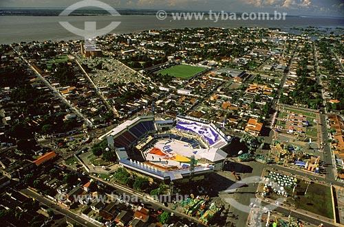 Assunto: Vista aérea do Bumbódromo, onde os bois Caprichoso e Garantido disputam o Festival Folclórico de Parintins - Ao fundo o rio Amazonas / Local: Parintins - Amazonas (AM) - Brasil / Data: Julho de 2005