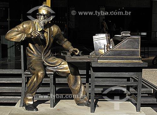 Assunto: Estátua em homenagem a Manuel Bandeira (Autor: Otto Dumovich) em frente ao prédio da Academia Brasileira de Letras (ABL) / Local: Centro - Rio de Janeiro - RJ / Data: Junho de 2009