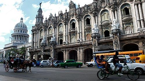 Assunto: Triciclo e charrete em frente ao Gran Teatro de la Habana (Grande Teatro de Havana) com o Capitólio ao fundo / Local: Havana - Cuba / Data: outubro 2009