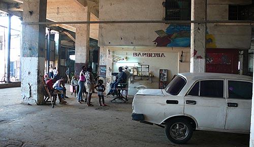 Assunto: Menino cortando cabelo em barbearia  / Local: Havana - Cuba / Date: outubro 2009