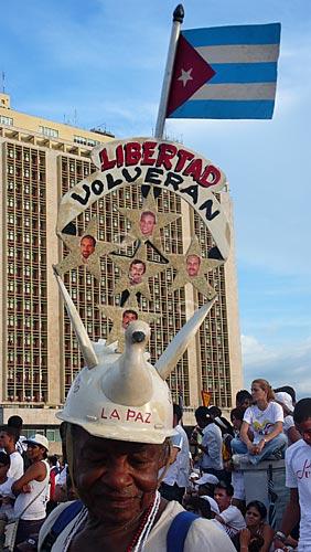 Assunto: Manifestante cubano no show pela Paz na Praça da Revolução pedindo a libertação dos cinco cubanos presos nos Estados Unidos por espionagem / Local: Havana - Cuba / Date: outubro 2009