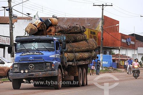 Assunto: Caminhao transportando toras de madeira / Local: Tome-Acu - Pará - Brasil / Data: 01-04-2009