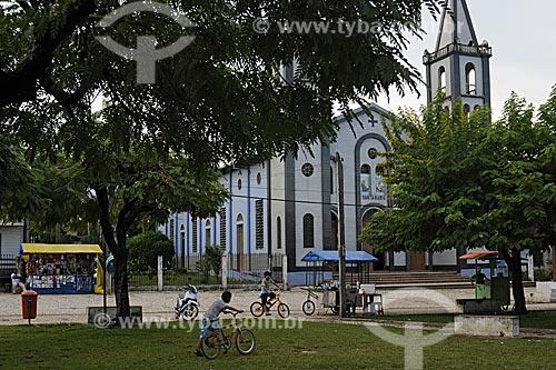 Assunto:  Praca Ney Brasil e Igreja Santa Maria / Local: Tome-Acu - Pará - Brasil / Data: 01-04-2009