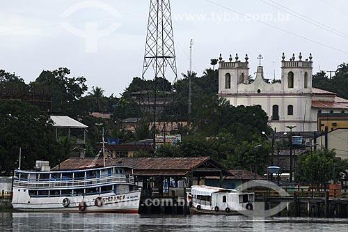 Assunto: Barcas e Igreja Nossa Senhora de Nazareth/ Local: Acará - Para - Brasil / Data: 02-04-2009