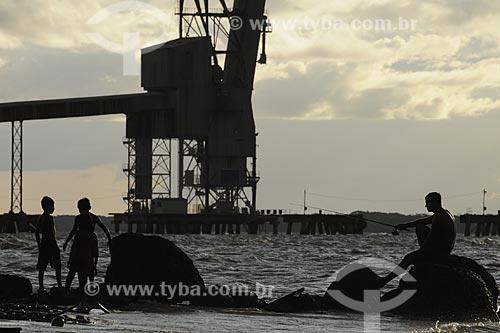 Assunto: Pessoas em primeiro plano na Praia de Vila do Conde com as empresas
