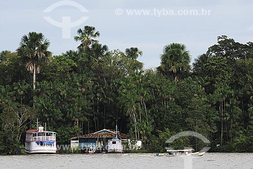 Assunto: Barco e casa típica de madeira - estilo marajoara - na ilha sobre o Rio Maratauira em frente a Feira de Abaetetuba / Local: Abaetetuba - Pará - Brasil / Data: 04-04-2009