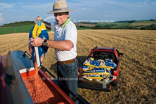 Assunto: Airton Luis Albertoni, pequeno produtor da cidade de Xanxerê com plantação de milho ao fundo / Local: Xanxerê - Santa Catarina (SC) - Brasil / Data: Setembro de 2008