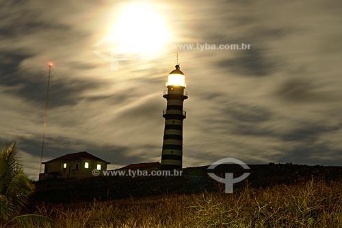 Assunto: Farol da Ilha Santa Bárbara aceso durante a noite / Local: Parque Nacional Marinho dos Abrolhos - Bahia (BA) - Brasil / Data: Julho de 2008