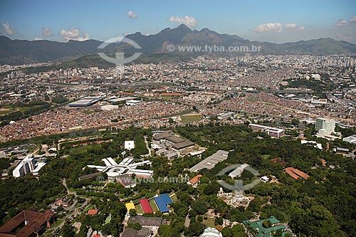 Assunto: Vista aérea do Instituto Oswaldo Cruz com complexo de favelas ao fundo / Local: Manguinhos - Rio de Janeiro - RJ - Brasil / Data: Março de 2005