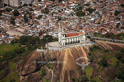 Assunto: Igreja da Nossa Senhora da Penha com o Complexo do Alemão ao fundo / Local: Rio de Janeiro - RJ - Brasil / Data: Março de 2005