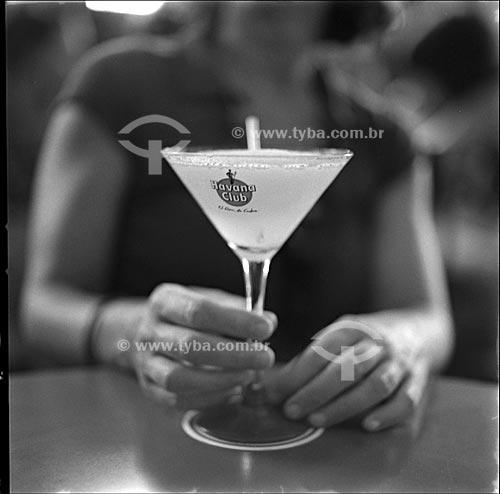 Assunto:  Mulher com uma taça do drink daiquiri no Bar Restaurante La Floridita / Local: Havana - Cuba /  Data: outubro 2009