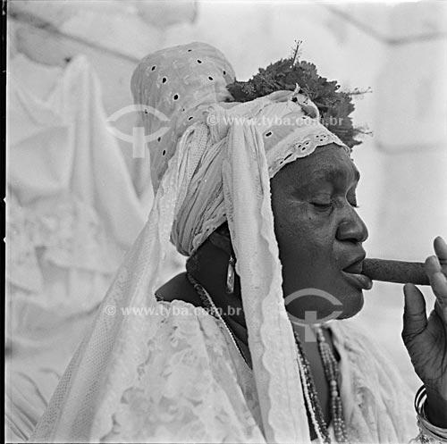 Assunto: Típica mulher cubana fumando charuto na Praça da Catedral /   Local: Havana - Cuba /  Data: outubro 2009