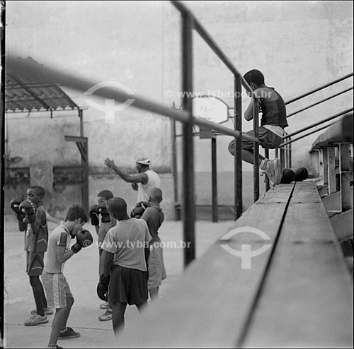 Assunto: Crianças lutando boxe na escola