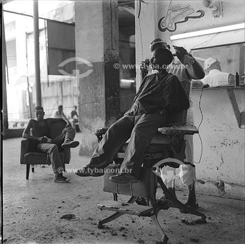 Assunto: Menino cortando cabelo em barbearia