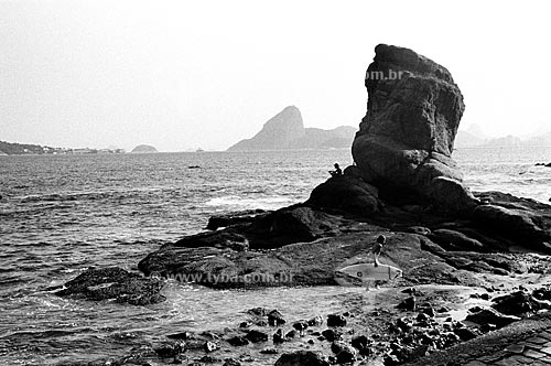 Assunto: Pedra de Itapuca com o Pão de Açucar ao fundo  / Local:  Praia do Ingá, Niterói - RJ  / Data:  Julho de 2005