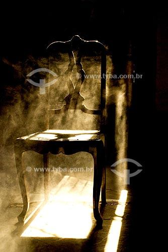 Assunto: Cadeira empoeirada em contra-luz  / Local: Casa abandonada no Centro Antigo do Rio de Janeiro - RJ  / Data:  Agosto de 2007