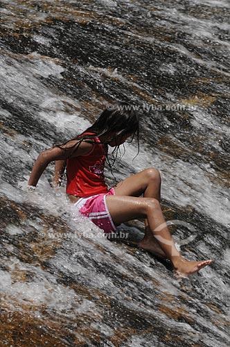 Assunto: Criança tomando banho na Cachoeira Maria Comprida  / Local:  Secretário - Petrópolis - RJ  / Data: 21/02/2009