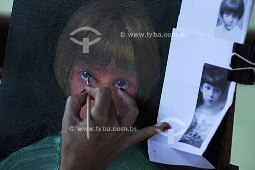 Assunto: Detalhe de mão pintando quadro  / Local:  Secretário - Petrópolis - RJ  / Data: 21/02/2009