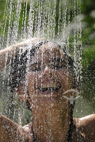 Assunto: Mulher tomando banho  de chuveiro fora de casa  / Local:  Fagundes - Secretário - Petrópolis - RJ  / Data: 21/02/2009