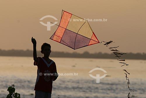Assunto: Criança soltando pipa na beira do Rio Amazonas  / Local:  Rio Amazonas - Manaus - Amazonas (AM) - Brazil  / Data: 15/03/2005