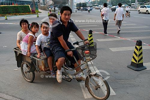 Assunto: Transporte utilizado por esta família chinesa em Pequim, durante as Olimpíadas  / Local:  Pequim - China  / Data: Agosto de 2008