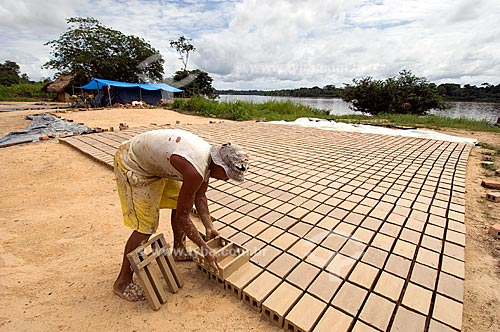 Assunto: Fabricação de tijolos de argila - Beira do Rio Branco  / Local:  Perto de Caracaraí - Roraima - Brasil  / Data: Janeiro de 2006
