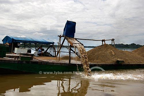 Assunto: Balsa dragando o fundo do Rio Branco para extração de cascalho  / Local:  Perto de Caracaraí - Roraima - Brasil  / Data: Janeiro de 2006