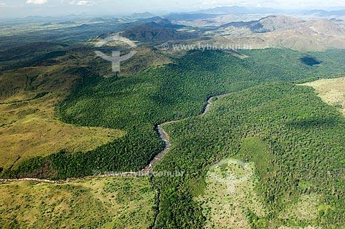 Assunto: Rio Surumu cruzando um vale  / Local:  Norte de Roraima - Brasil  / Data: Janeiro de 2006