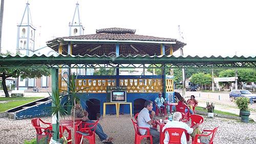 Assunto:  Televisao na Praca Ney Brasil e Igreja Santa Maria  / Local:  Tomé-Açú - Para - Brasil  / Data: 01/04/2009